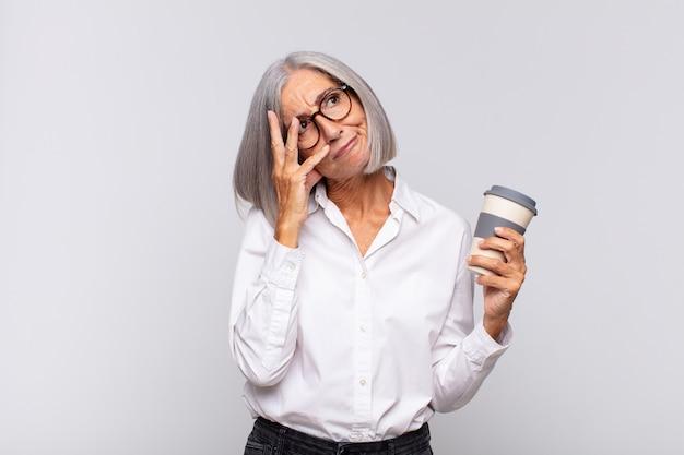 Donna di mezza età che si sente annoiata, frustrata e assonnata dopo un fastidioso isolamento