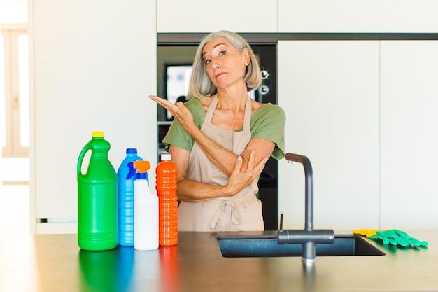 Donna di mezza età che si sente confusa e incapace, chiedendosi una spiegazione o un pensiero dubbioso