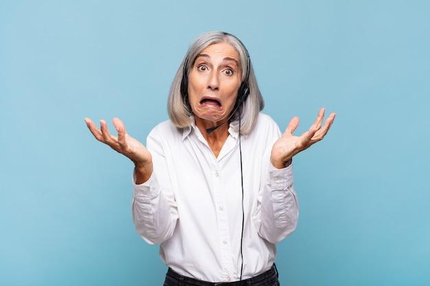 Donna di mezza età che si sente estremamente scioccata e sorpresa isolata