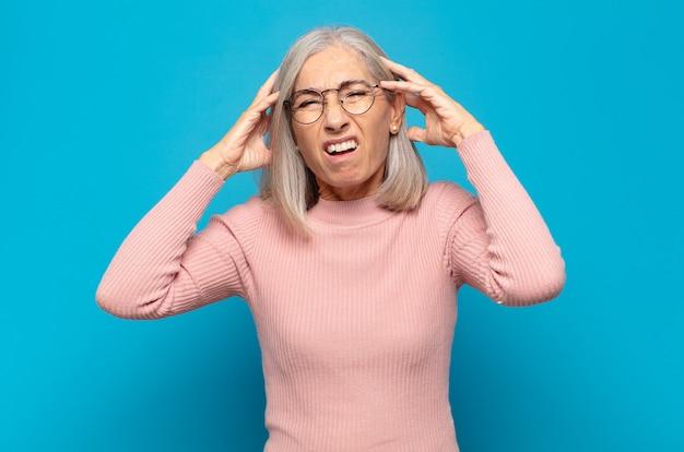 Donna di mezza età che si sente frustrata e infastidita, malata e stanca di fallire, stufo di compiti noiosi e noiosi