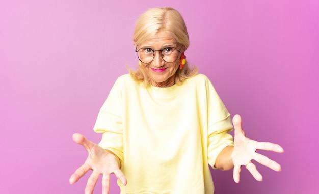 Donna di mezza età che si sente felice, stupita isolata