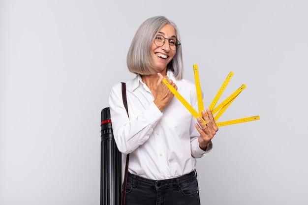 Donna di mezza età che si sente felice, positiva e di successo, motivata quando affronta una sfida o celebra buoni risultati
