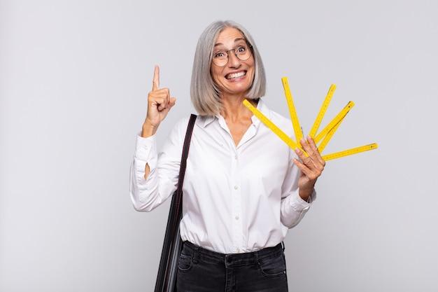Donna di mezza età che si sente un genio felice ed eccitato dopo aver realizzato un'idea