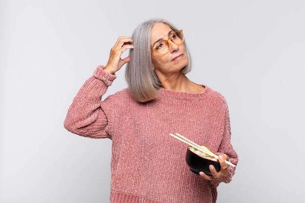Donna di mezza età che si sente perplessa e confusa isolata