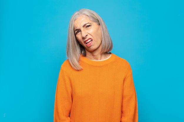 Donna di mezza età che si sente perplessa e confusa, con un'espressione stupita e sbalordita guardando qualcosa di inaspettato