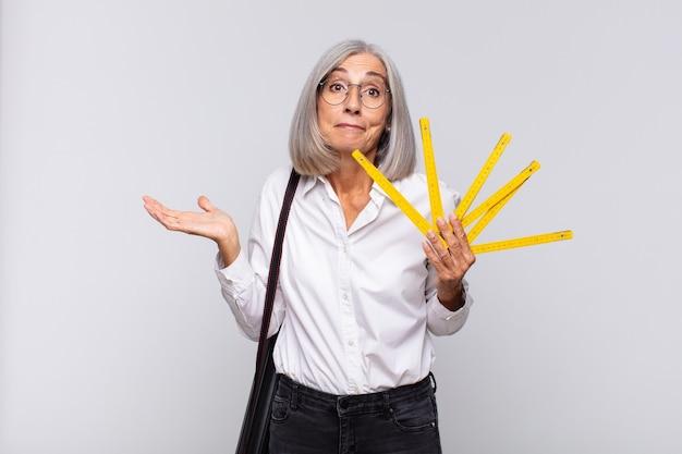 Donna di mezza età che si sente perplessa e confusa