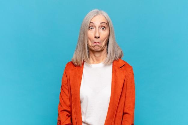 Donna di mezza età che si sente triste e stressata, sconvolta per una brutta sorpresa, con uno sguardo ansioso e negativo
