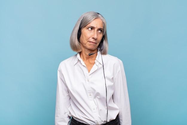 Donna di mezza età che si sente triste, turbata o arrabbiata isolata