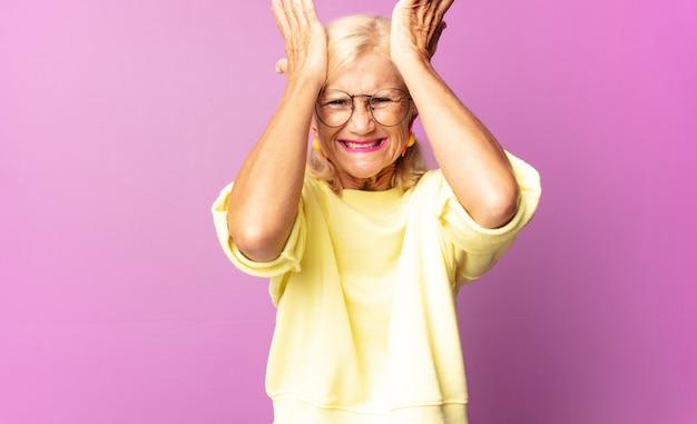 Donna di mezza età che si sente stressata e ansiosa, depressa isolata