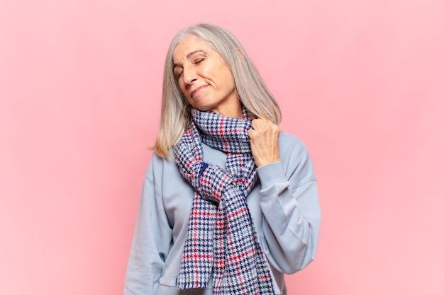 Donna di mezza età che si sente stressata, ansiosa, stanca e frustrata, tira il collo della camicia, sembra frustrata dal problema