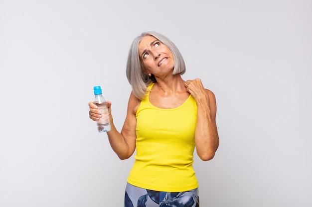 Donna di mezza età che si sente stressata, ansiosa, stanca e frustrata