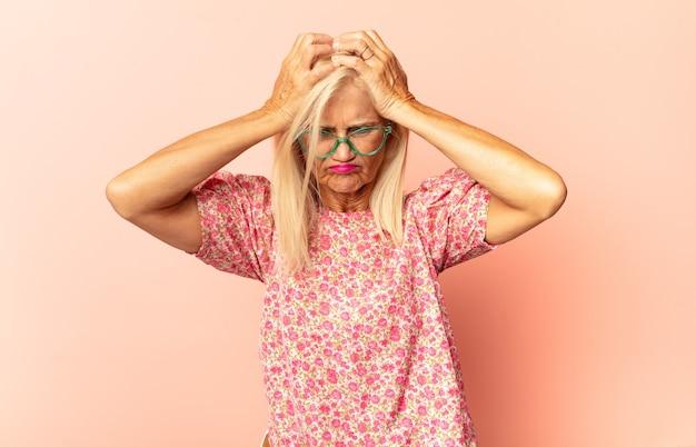 Donna di mezza età che si sente stressata