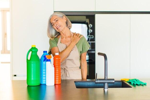 Donna di mezza età che si sente stanca, stressata, ansiosa, frustrata e depressa, che soffre di dolore alla schiena o al collo