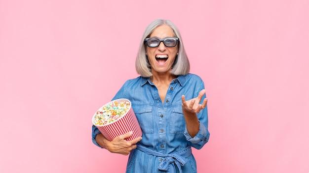 Donna di mezza età che sembra arrabbiata, irritata e frustrata urlando wtf o cosa c'è di sbagliato nel tuo concetto di film