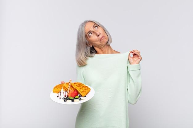 Donna di mezza età che sembra isolata arrogante, di successo, positiva e orgogliosa