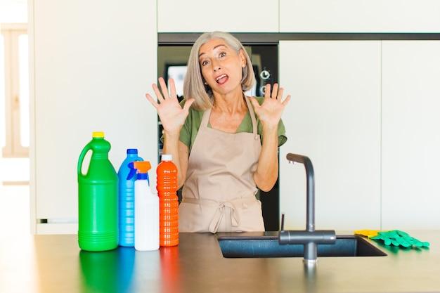 Donna di mezza età che sembra nervosa, ansiosa e preoccupata, non dice colpa mia o non l'ho fatto