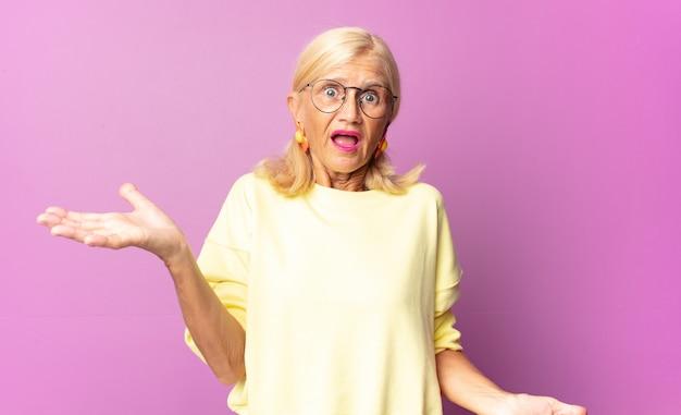 Donna di mezza età che sembra perplessa, confusa e stressata