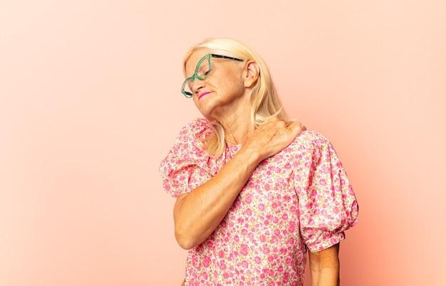 Donna di mezza età che sembra triste, ferita e con il cuore spezzato isolato