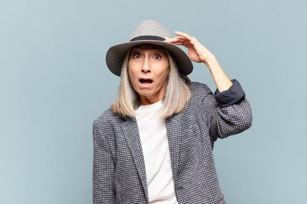 Donna di mezza età in preda al panico per una scadenza dimenticata, sentirsi stressata, dover coprire un pasticcio o un errore
