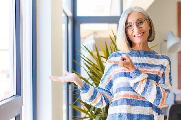 Donna di mezza età sorridente, sentendosi felice
