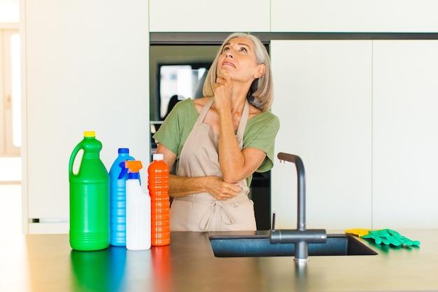 Donna di mezza età che pensa, si sente dubbiosa e confusa, con diverse opzioni, chiedendosi quale decisione prendere