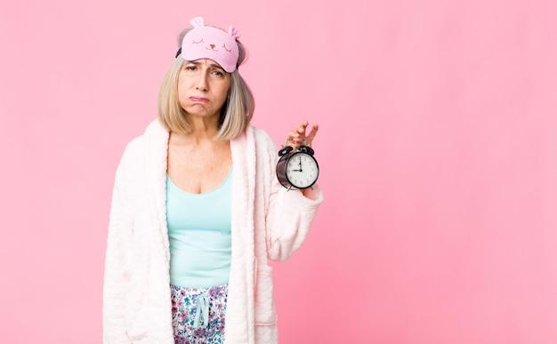Vestito da notte da portare della donna di medio evo con una sveglia