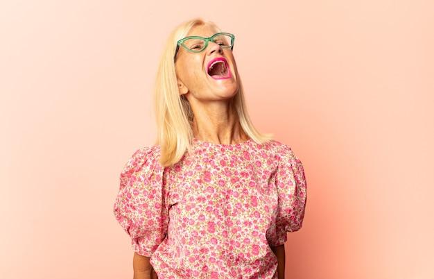 Donna di mezza età con un'espressione sciocca, pazza, sorpresa