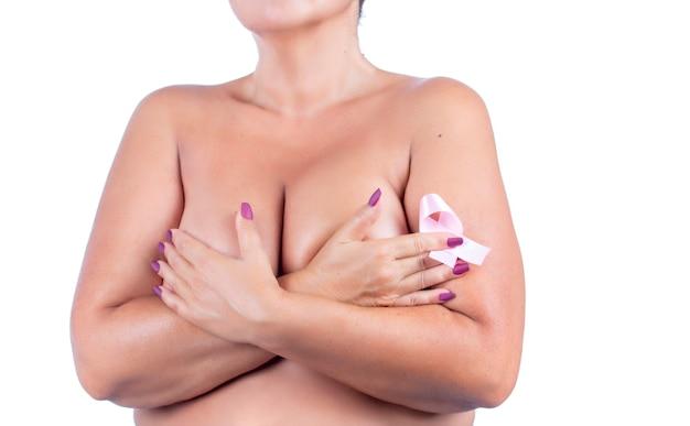Donna di mezza età con nastro rosa di consapevolezza del cancro al seno