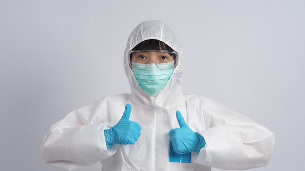 Donna infermiera asiatica di mezza età che indossa tuta dpi o dispositivi di protezione individuale