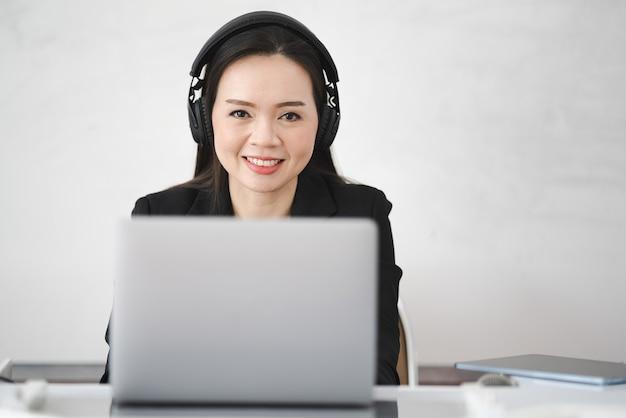 Un'insegnante asiatica di mezza età vive online con un laptop all'università