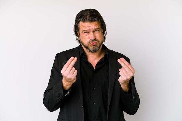 Uomo olandese di mezza età di affari isolato sul muro bianco che mostra che non ha soldi