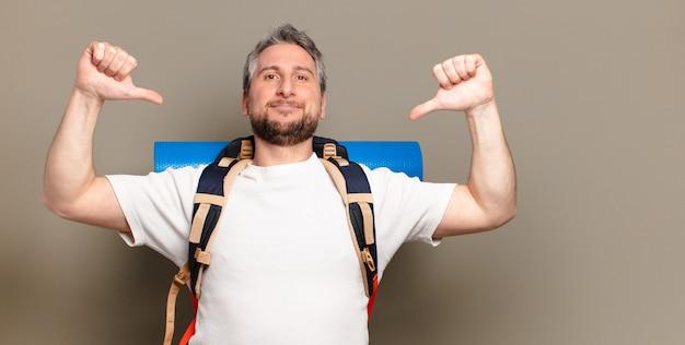 Uomo escursionista di mezza età