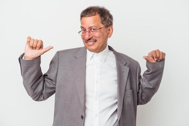 Uomo d'affari indiano di mezza età isolato su sfondo bianco si sente orgoglioso e sicuro di sé, esempio da seguire.