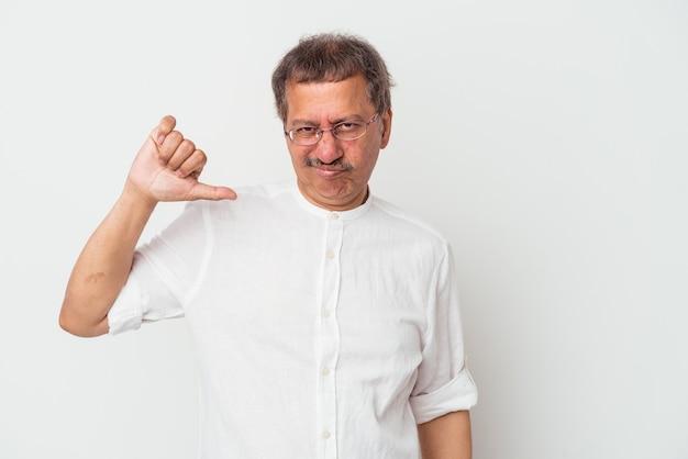 Uomo indiano di mezza età isolato su sfondo bianco che mostra il pollice verso il basso, concetto di delusione.
