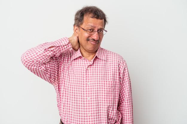 Uomo indiano di mezza età isolato su sfondo bianco toccando la parte posteriore della testa, pensando e facendo una scelta.