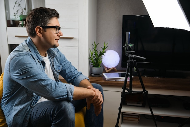 Blogger maschio di mezza età che trasmette video in diretta a casa