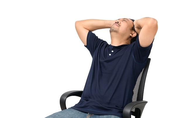 Uomo di mezza età seduto sulla sedia e sensazione di stress e mal di testa isolato. problema e concetto di assistenza sanitaria.