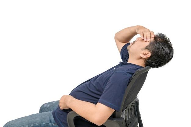 Uomo di mezza età seduto su una sedia e sensazione di stress e mal di testa isolato. problema e concetto di assistenza sanitaria.