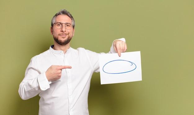 Uomo di mezza età con un pezzo di carta bianco
