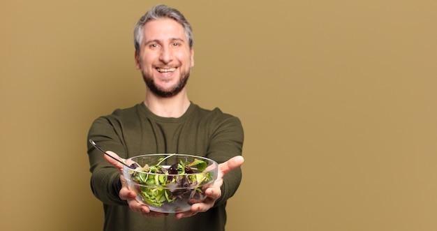Uomo di mezza età con insalata