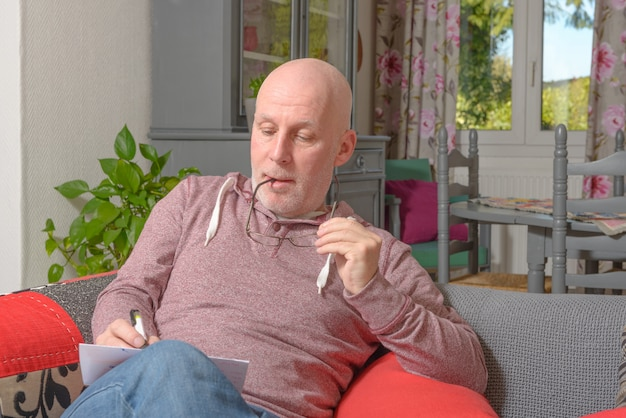 Un uomo di mezza età che scrive una lettera