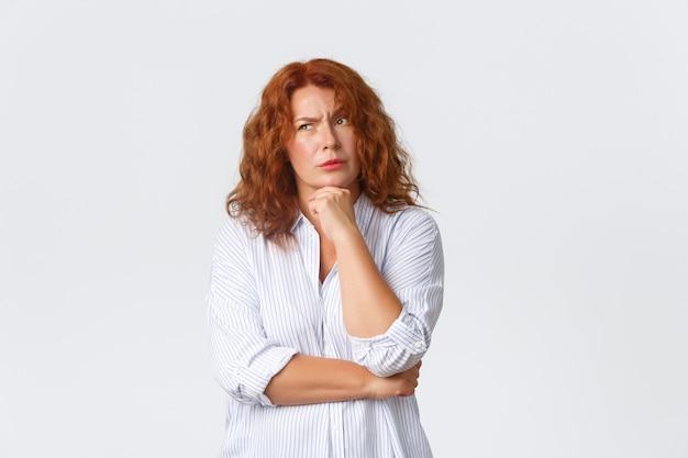 Donna di mezza età rossa in posa