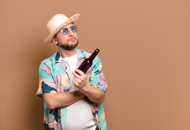 Uomo turistico di mezza età con bottiglia
