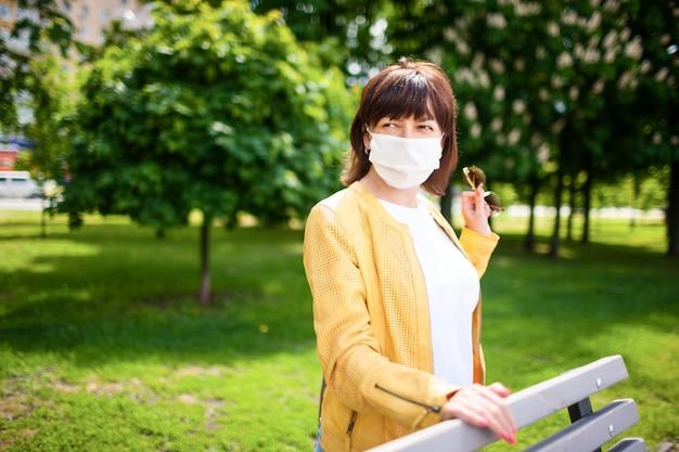 Donna di mezza età in maschera protettiva, coronovirus e concetto di protezione dalla quarantena
