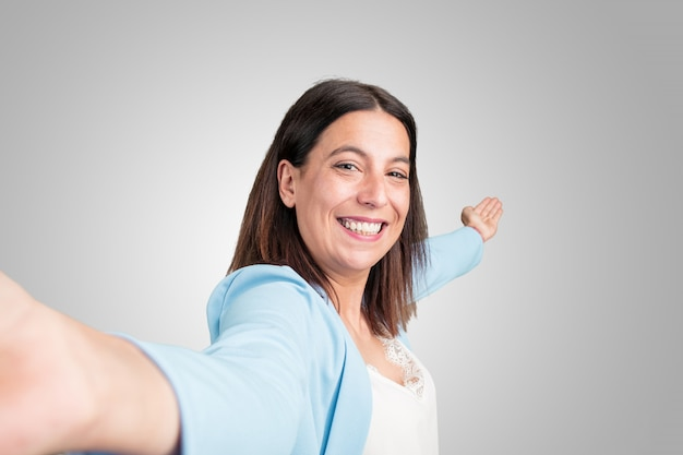 Sorridere e happysion della donna invecchiato mezzo