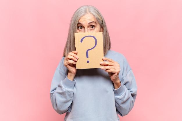 Donna di mezza età con punto interrogativo