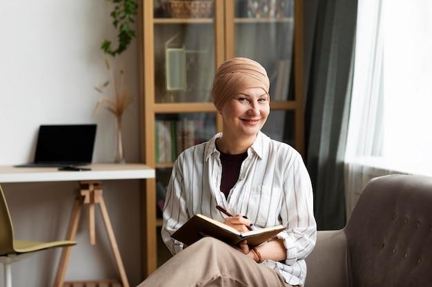Donna di mezza età con cancro della pelle che trascorre del tempo a casa