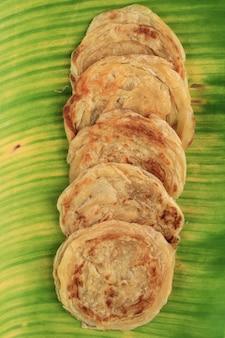 Medio oriente canai o paratha flat bread, o anche conosciuto come roti maryam in indonesia. isolato su sfondo bianco con copia spazio per il testo