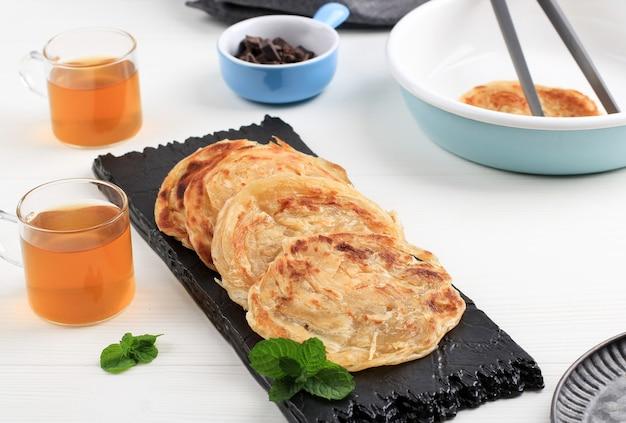 Medio oriente canai o paratha flat bread, o anche conosciuto come roti maryam in indonesia. popolare per la colazione tajil.