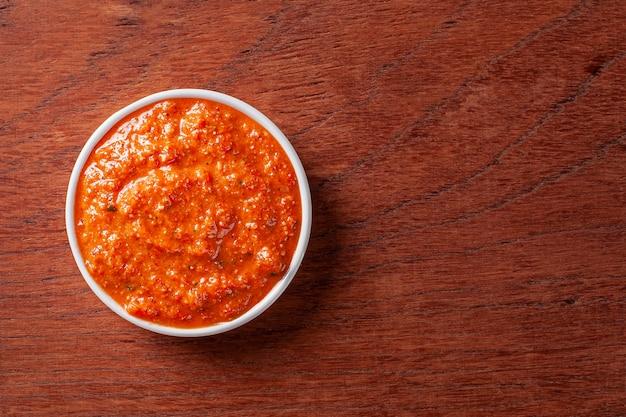 Piatto mediorientale. crema spalmabile di peperoni rossi arrostiti